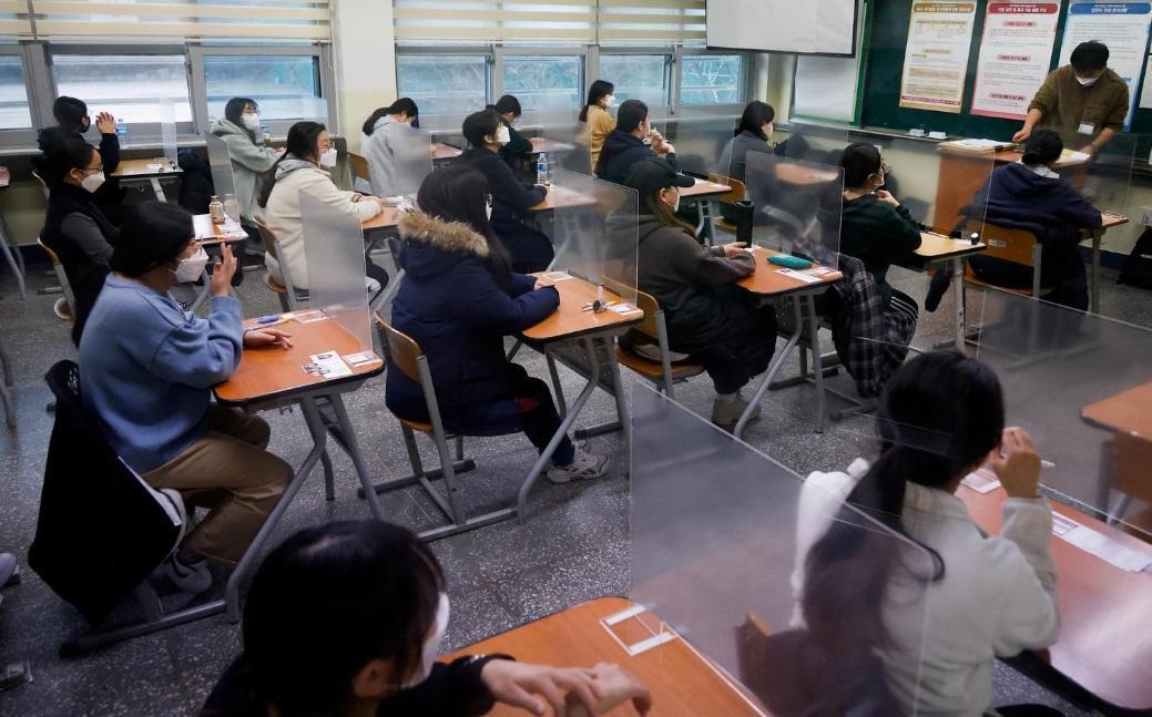 کنکور در کره جنوبی؛ امتحان در بیمارستان و جداسازی با سپرهای محافظ